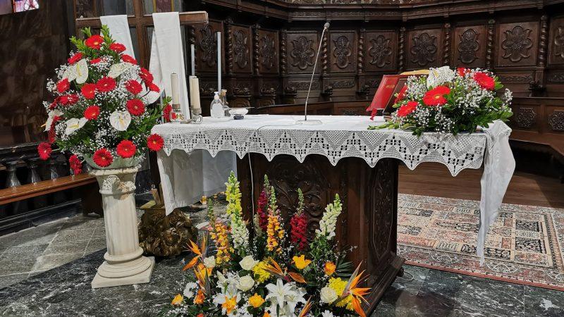 Addobbi floreali della chiesa dell'Assunta nel giorno della Cresima. FOTO