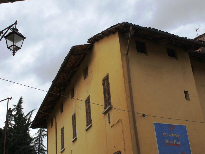Controsoffitto al soffitto fratturato del museo