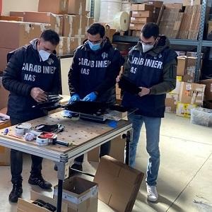 Carabinieri NAS durante un controllo a mascherine anticovid