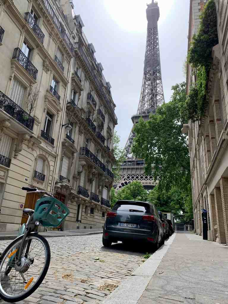 A vélib in front of the Eiffel Tower