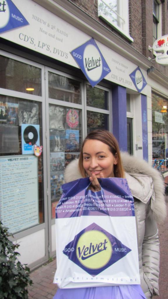 Lady SHRC davanti al negozio, sì il disco è proprio lì dentro ricerca vinile perfetto olanda