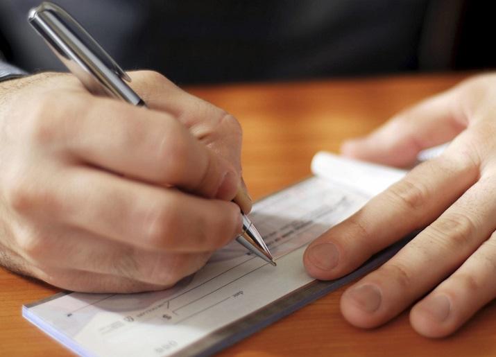 Assegno circolare contraffatto: la banca emittente e la banca negoziatrice sono responsabili?