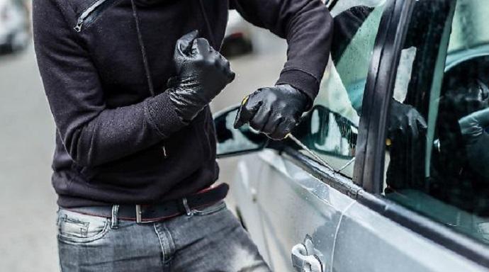 Furto di una borsa lasciata in automobile: non c'è l'aggravante dell'esposizione alla pubblica fede