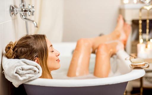 L'albergatore è responsabile dei danni riportati dal cliente per la caduta nella vasca da bagno sprovvista di presidi antiscivolo?