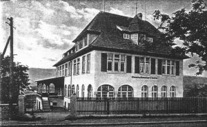 Das ältere Gebäude von der Strasse aus