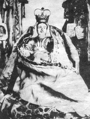 Reich mit Schmuck behängt war die Spiegelberger Madonna. Das bäuerliche Kunstwerk hatte einst viele Wallfahrer angezogen. (Heute im Museum Coppenbrügge
