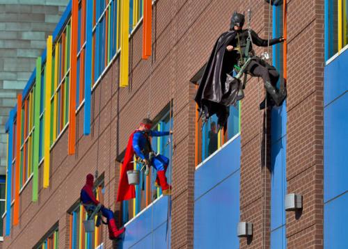 Window washers clean the windows of a children's hospital dressed as superheroes in Memphis, Tennessee | 12 Photos That Will Restore Your Faith In Humanity | wisdompills.com