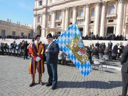 kl-1Alois mit Fahne und Gardist