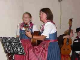 Keine Unbekannten hier in der Region: die Stoiber-Deandln Elfriede (rechts) und Luise.
