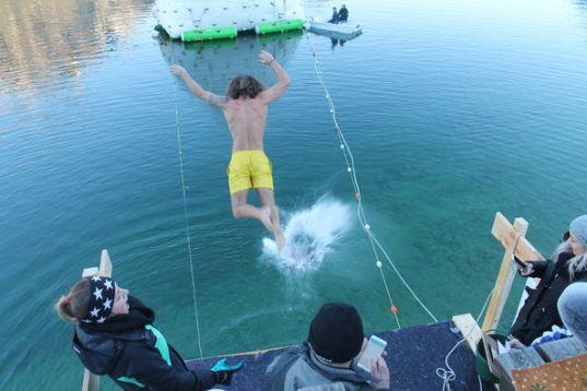 Mit einem Sprung ins kalte Wasser wird das Jahr verabschiedet. ©Achensee Tourismus