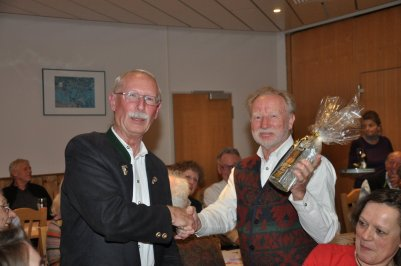 Rainer Mühl überreicht Lothar Rechberger ein Geschenk als Abschied für seine jahrelange Arbeit als Organisator des Vereins.