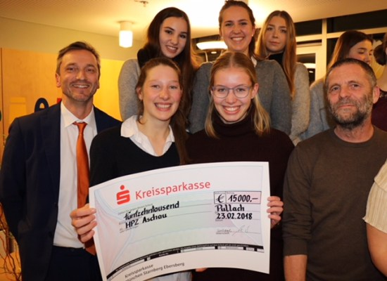 15000 Euro brachten die Schüler des Otfried-Preußler-Gymnasiums in Pullach aus dem Isartal mit nach Aschau ins Priental, Sophia und Alissa überreichten den Riesen-Scheck zusammen mit dem stellvertretenden Schulleiter Studiendirektor Martin Netter (links) an Günther Mayer vom BZ Aschau (rechts)