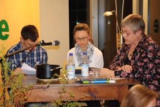 """Schulleiterin Susanne Kremer (rechts) erzählt vom """"Räuber Hotzenplotz"""" Alle Märchen- und Sagengestalten von Otfried Preußler wurden bei den sechs Lesungen in der """"Talstation"""" des BZ Aschau lebendig"""