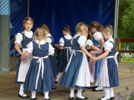 Selbst ist die (kleine) Frau: auch ohne männlichen Tanzpartner wagten sich die Stoarieda-Deandln aufs Parkett.