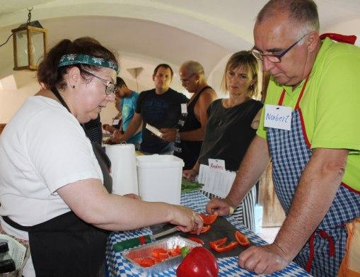 Auf die richtige Vorbereitung des Garguts kommt es an. Zum Heißräuchern eignen sich zahlreiche Gemüsesorten, wie die Paprika. © Bezirk Oberbayern, Archiv BHM, Aufnahme: Rosi Raab.