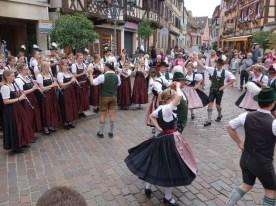 Zur Unterhaltung der Gäste am Samstagnachmittag in der Altstadt von Barr: Trachtler und Musikkapelle beim Mühlradl