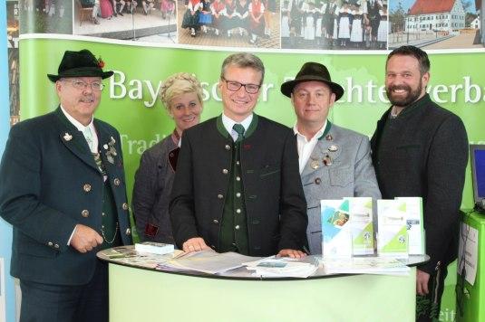 von links: Günter Frey, Vroni Söllner, Kultusminister Bernd Sibler, Christian Kammerbauer und Armin Schmid (Foto: Trachtenverband Bayern)