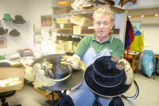 Martin Bliemetsrieder mit dem Original Priener Hut und mit dem Inntaler Quastenhut