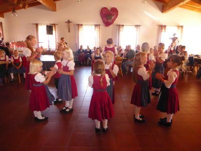 Niedlich anzusehen: die Kollnburger Kinder mit der Fingerl-Polka.
