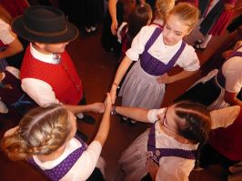 Bei den Jugendlichen hoch im Kurs steht immer die Topporzer Kreuzpolka, die als Abschlusstanz gezeigt wurde.
