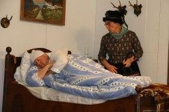 Burgi (Rita Stoib) macht einen Krankenbesuch beim Gschwendlhofbauer (Lambert Huber)