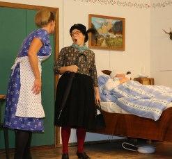 Burgi (Rita Stoib) und Erna (Christine Gau) geraten beim Krankenbesuch aneinander