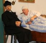 Opa Bartl, der alte Gschwendlhofbauer (Lambert Huber) hat wieder einmal etwas bei seinem Schulfreund Pfarrer Andreas (Georg Aicher) zu beichten, der einen Geistlichen verkörpert, der weder weltlichem Genuss in Form von Hochprozentigem noch finanziellem Segen für seine Kirche – auch wenn dieser ergaunert wurde – abgeneigt ist.