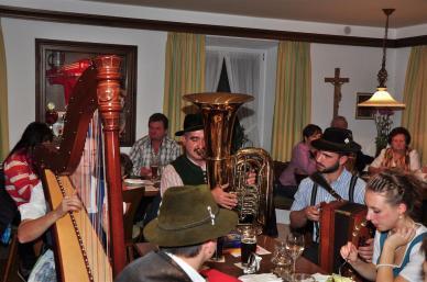 Die Schwarzenboeck Ziachmusi spielt beim Hoagascht mit Wirtshaussingen in Pleiskirchen schneidig auf