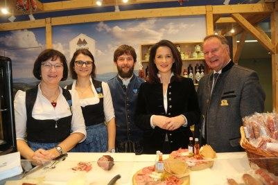Die Ministerin mit v.l. Marlene Kandler, Kathrin Baumann und Hans Wenzl (alle Arberland Regio) sowie Regens Vize-Landrat Willi Killinger.