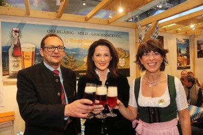 Die Ministerin mit Elisabeth (r.) und Mark Pfeffer (1. Dampfbierbrauerei Zwiesel).