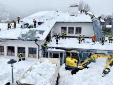 Klinik Sonnenbichl Aschau Dach von Altschnee befreien_Foto H. Reiter (4)
