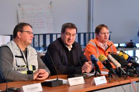Pressestatement nach der Lagebesprechung der Einsatzkräfte: Ministerpräsident Dr. Markus Söder, MdL (Mitte), Verkehrsminister Dr. Hans Reichhart (rechts) und der Landrat des Landkreises Bad Tölz-Wolfratshausen Josef Niedermaier (links).
