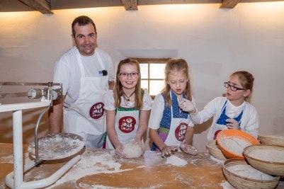 Mit Bäckermeister Stefan Luidl formten die Kinder am Samstagvormittag die Brotlaibe, bevor sie zum Backen in den historischen Holzofen kamen.