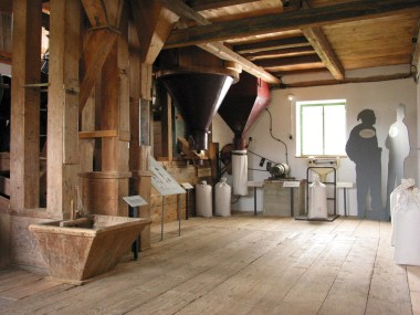 In der Mahlstube der Furthmühle erzählt Wilma Pfeiffer Märchen über Müllersfamilien. © Bezirk Oberbayern, Bauernhausmuseum Amerang