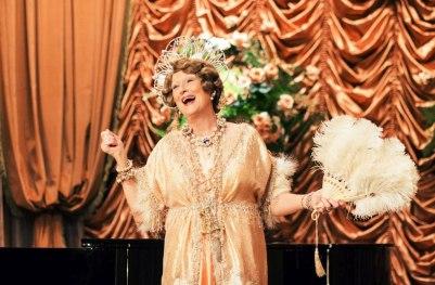 """Florence Foster Jenkins (Meryl Streep) – die Königin der Dissonanzen – liebte extravagante Kostüme und wagte sich auch an schwierige Arien wie """"Der Hölle Rache kocht in meinem Herzen"""" aus Mozarts Zauberflöte. © Constantin Film AG, München."""