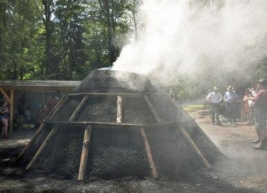 Bald qualmt der Kohlenmeiler wieder und verbreitet an der Glentleiten seinen unverwechselbaren Duft. Bildquelle: Bezirk Oberbayern, Archiv FLM Glentleiten.