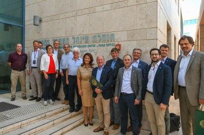Die bayerische Delegation mit den israelischen Wissenschaftlern vor dem Volcani Center. (Foto: Judith Schmidhuber / StMELF)
