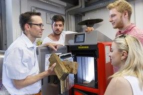 Studierende mit Prof. Dr. Frank Buttinger im Labor für nachhaltige Wärmeerzeugungsanlagen und Energiemonitoring