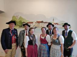 Die Sachgebietsvorsitzenden Schuhplattler und Volkstanz zusammen mit den Loisachgau-Gauvorplattlern und Dirndlvertreterinnen bei der Landestagung in Bad Toelz