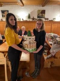 Die Azubis der Konditorei sorgten für die Nachspeise. Das Bild zeigt Sylvia und Elisabeth mit einer Weihnachtlichen Torte.