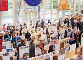 Viele Gäste und Besucher folgten 2016 der Einladung zur Ausstellungseröffnung ins Foyer der Technischen Hochschule Rosenheim. Foto: Stefan Guggenbichler