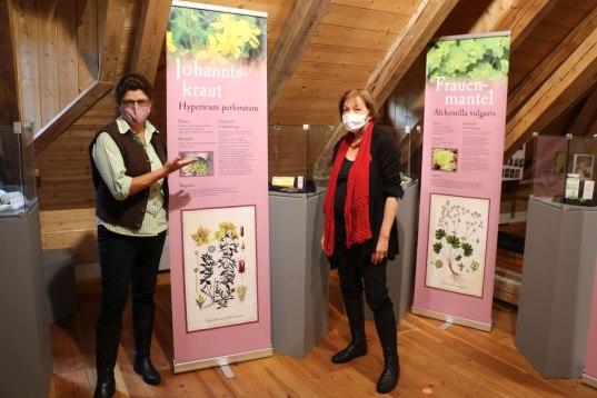 """Die Kräuterkundige Martina Glatt (links) und die Vorsitzende des Müllner Peter Museumsvereins Cäcilie von Feilitzsch-Rauch eröffneten die Sonderausstellung """"Salbei & Holler & Kranawittn"""" in den Räumen des Museums in der Alten Schule"""