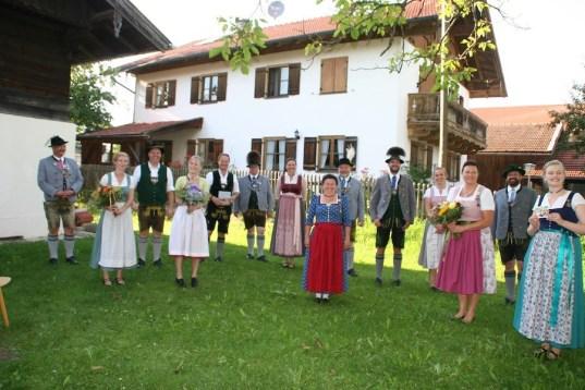 2. Gauvorstand Pankraz Perfler, Regina Häußler (Text Kinderbuch), Martin Riedl (Bürgermeister Gde. Baiern), Vroni Winhart (Illustration Kinderbuch), Robert Niedergesäß (Landrat LKr. EBE), Markus Kronberger (1. Gaukassier), Maria Voglsinger (2. Gaujugendleiterin), Rosi Spiel (1. Gauschriftführerin), Georg Schinnagl (1. Gauvorstand), Andreas Wachs (Schriftführer Bayer. Trachtenjugend), Magdalena Probst (Beisitzerin Bayer. Trachtenjugend), Steffi Perfler (Organisation Kinderbuch), Armin Schmid (1. Landesjugendvertreter des Bayer. Trachtenverbandes), Barbara Sigl (1. Gaujugendleiterin)