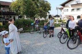 Gemeindereferentin Cornelia Gaiser gab den wagemutigen Radlfahrern den Segen der Kirche und viel Weihwasser mit auf den gefahrvollen und weiten Weg von Bernau nach Aschau.