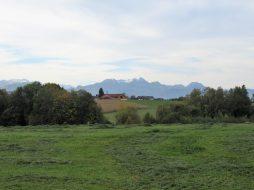 am Kapellenweg: Blick nach Reitl, im Hintergrund der Wendlstein