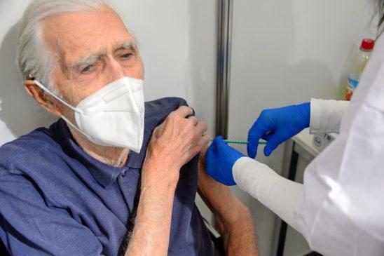 Karl Stankiewicz bekommt Covid-Impfung im Messegelände, Halle C3, Corona Pandemie, in München, Deutschland