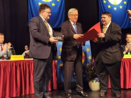 PEU-Bundesgeschäftsführer Johannes Kijas (li.) und PEU-Präsident Bernd Posselt überreichen Jean-Claude Juncker (Mitte) die Urkunde und die Medaille aus böhmischem Glas. (Foto Gerhard Hermann)