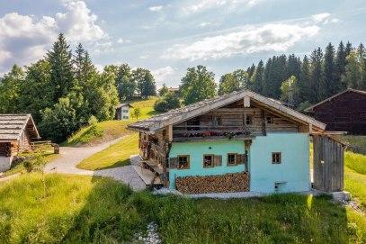 Das Wohnhaus vom Marosen-Lehen an der Glentleiten. Hier bildet es gemeinsam mit weiteren Gebäuden das Ensemble eines Berchtesgadener Zwiehofs. Bildquelle: Bezirk Oberbayern, Archiv FLM Glentleiten, Foto: Amse.