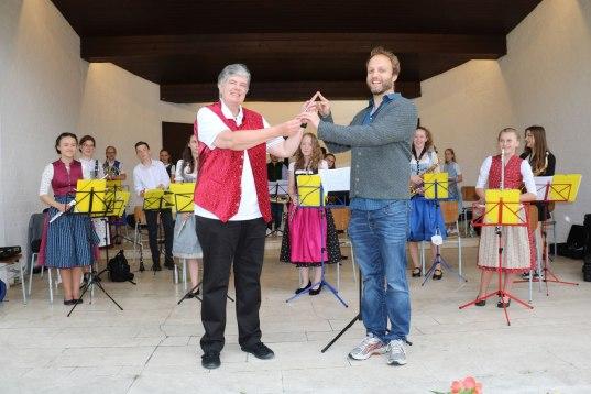 Die scheidende Dirigentin der Aschauer Jugendkapelle Capucine Mühlbauer übergab den Dirigentenstab und die Verantwortung für das Orchester weiter an Josef Steiner.