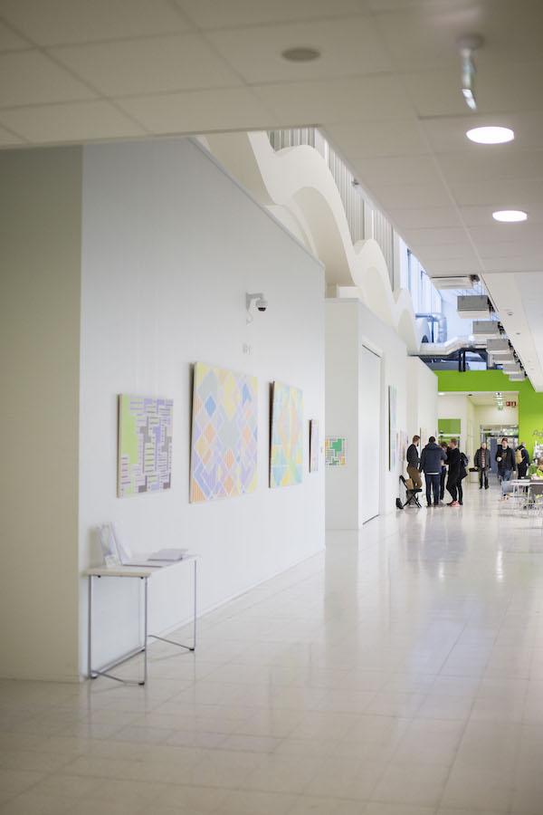 Satakunnan ammattikorkeakoulu taidekäytävä. Kuva: Tomi Glad